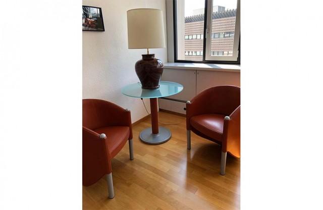 Composizione poltrone, tavolino e lampada